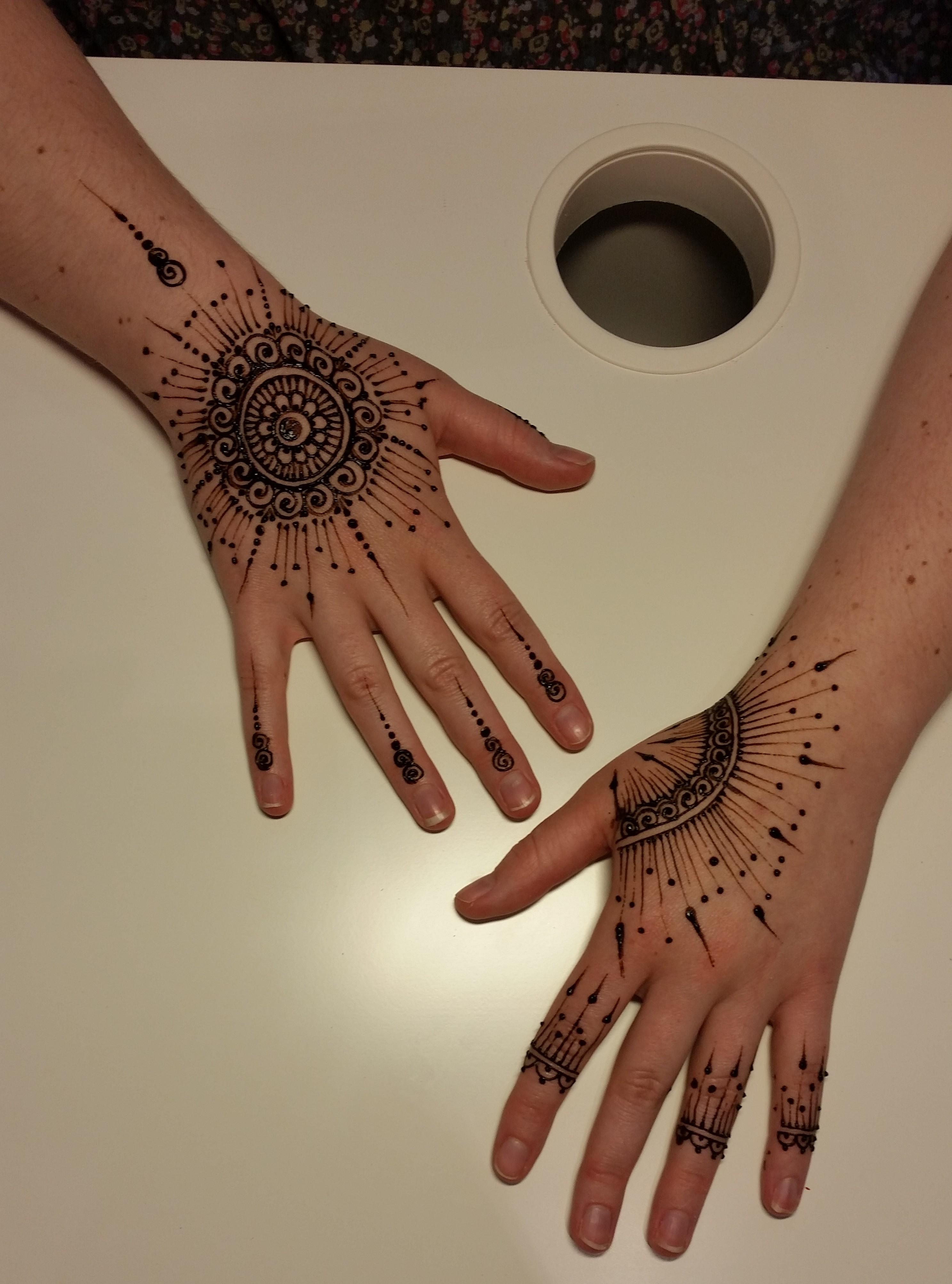 tatouages ph m res tours des paillettes et du henn avec la main de f e the cranky cocktail. Black Bedroom Furniture Sets. Home Design Ideas